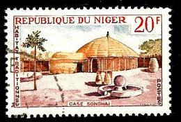NIGER 151° 20f Carmin, Vert Et Jaune Habitat Traditionnel Case Songhai (10% De La Cote + 0,15) - Niger (1960-...)