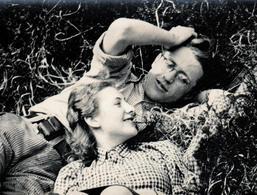 Photo Originale D'un Couple Amoureux Et Romantique Allongé Dans L'Herbe Vers 1930/40 - Confidences & Plus Si Affinité - Personnes Anonymes