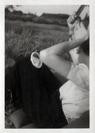 Photo Originale Portrait De Pin-Up Au Miroir Effaçant Les Traces D'Amourettes Sauvage Dans Les Champs Vers 1940 - Banane - Pin-up