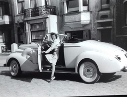 Femme Endimanchée Pose Avec Ancienne Voiture Dans La Rue. Woman Hat Car Vintage Street A9 - Automobili