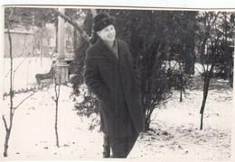 UKRAINE. #1589 A PHOTO. MAN IN WINTER CLOTHES ON WALK.  *** - Proyectores De Cine