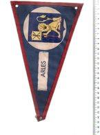 REF ENV : Fanion Flag Pennant Stendardo Touristique Ancien : Arles - Obj. 'Remember Of'