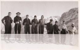 AP43 RPPC - A Row Of Skiers - Photographs