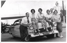 AUTOMOBILE VOITURE CAR - Chevrolet Bel Air 1955 Hardtop & PIN UP Girls Femmes With Trousers & Family - Vtg. Photo 50' - Coches