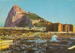 Cp , GIBRALTAR , La Linea De La Conception, Plaza Del Generalisimo Al Fondo Penon De Gibraltar - Gibraltar