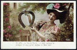 FEMME - CP - Jeune Femme Avec Fer à Cheval Géant Et Chapeau - Circulé - Circulated - Gelaufen - 1907. - Femmes