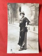 1911 - MODE - LA ROBE PANTALON - DE BROEKROK - HOED MET PLUIM - CHAPEAU PLUME - PHOTO HENRI MANUEL - Mode