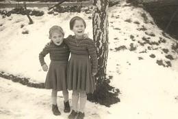 Photo Ancienne Deux Petites Filles Gamines Avec La Même Robe En Lainage Les Pieds Dans La Neige - Persone Anonimi