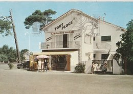 """HYERES-LES-PALMIERS (83). Place Du Jeu De Boules. Librairie-Bazar """"Tout Plage"""" (Commerce: Magasins) - Hyeres"""