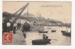 GRANVILLE - SUR LE PORT, LE DEBARQUEMENT D'UNE BOUEE - 50 - Granville