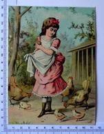 CHROMO LITHOGRAPHIE GRAND FORMAT........PETITE FILLE DANS UN POULAILLER..POUSSINS - Vieux Papiers