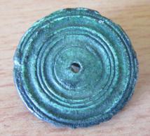 Fibule Romaine Circulaire / Monétiforme à Multiples Disques Et Trou Central - Diam. 25 Mm Environ - Archéologie