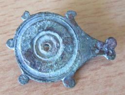 Fibule Romaine Circulaire / Goutte à 5 Satellites Et Trou Central - Type 24A - Complète - Longueur 34 Mm - Archéologie