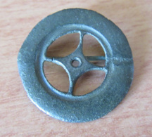 Fibule Romaine Circulaire / Rouelle à Losange Central - Complète - Type 24c - Diam. Extérieur : 26 Mm - Archéologie