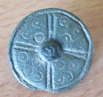 Fibule Romaine Circulaire / Monétiforme à Décor D'ocelles Et Bouton Central - Type 25A - Diam. 21 Mm - Archéologie