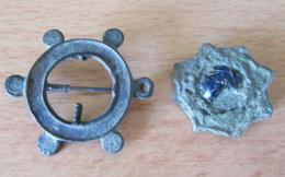 2 Fibules Romaines - Rouelle à 6 Satellites / Etoile à 8 Branches Et Cabochon Central En Verre (?) Bleu - Incomplètes - Archeologia