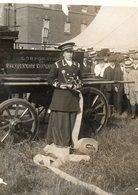Miss Maud Gosch Capitaine Des Femmes Pompiers Devant La Pompe à Eau à Burton (Angleterre Staffordshire) - Guerre, Militaire