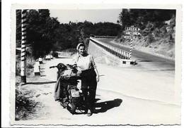 Motocicletta Targata Modena Con Donna. Indicazioni Stradali: Sestola, Abetone E Lucca. - Motos