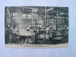 Cpa Animée, - 42 CHAZELLES - SUR - LYON , Fabrique Française , Atelier Des Fouleuses. - Autres Communes