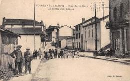 CPA 42 - NOIRETABLE, Rue De La Gare, La Sortie Des Ecoles, - Noiretable