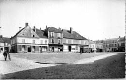 28 AUNEAU - Vue De La Place Du Marché. - Auneau