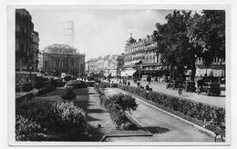 (RECTO / VERSO) MONTPELLIER EN 1952 - PLACE DE LA COMEDIE AVEC VIEILLES VOITURES - BELLE FLAMME - FORMAT CPA VOYAGEE - Montpellier