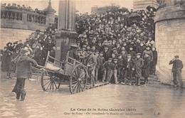 ¤¤  -  PARIS   -   La Crue De La Seine En 1910  -  Quai De Passy  -  On Transborde Le Monde Sur Des Charettes    -  ¤¤ - Arrondissement: 16