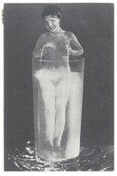 CPM Surréalisme - Femme Nue Dans Verre D' Eau, Seins, Lait 1982   (111866) - Pin-Ups