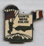 Pin's Armée Militaire Militaria Guerre Mondiale Word War Débarquement Saint Mère Eglise Parachute - Militaria