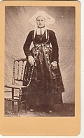PHOTO CDV 19 EME BRETAGNE JEUNE FEMME BRETONNE COSTUME TRADITIONEL  CABINET CARLIERY ( FERDINAND CARLIER ) - Oud (voor 1900)