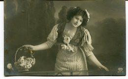 CPA - Carte Postale - Fantaisie - Portrait De Femme - Paniers De Fleurs (M8168) - Femmes