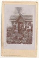 Maisonnette De Jardin Avec 4 Personnes Non Identifiées 107 X 164 - Foto
