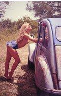 Une Jeune Femme Dans La Compagne Avec Citroen 2CV  -  15x10 PHOTO - Voitures De Tourisme