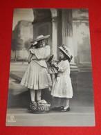 FANTAISIES - ENFANTS  -  Fillettes à La Poupée Et  Au Panier Fleuri - Portretten