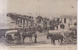 Trouville Sur Mer La Jetee Promenade Au Moment De L'arrivee Du Bateau 1905 - Trouville