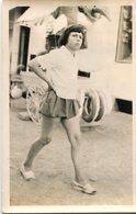PHoto D'une Jeune Fille En Jupette D'apoque Près D'un Stand Qui Semble De Foire Ou Fête Foraine - Personnes Anonymes
