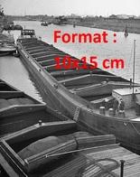 Reproduction D'une Photographie Ancienne De Deux Péniches En Chargement Sur Un Dock - Reproductions