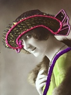 1921 - DAME MET ECHT GEBORDUURDE HOED - COLLAGE - FEMME, CHAPEAU AVEC DU VRAI BRODERIE - Mode