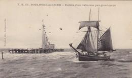 62. BOULOGNE SUR MER. CPA. . ENTRÉE D'UN CABOTEUR PAR GROS TEMPS - Boulogne Sur Mer