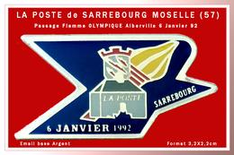 SUPER PIN'S LA POSTE-J.O 92 : LA POSTE De SARREBOURG En MOSELLE 57, Passage De La FLAMME OLYMPIQUE 6-01-92 émail Argent - Postes