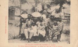 AN 33 / C P A     AFRIQUE-  GABON   - LES SOEURS BLEUES DE CASTRES AU GABON  UN JEUNE CHRETIEN  LA MERE EST SON ENFANT - Gabon