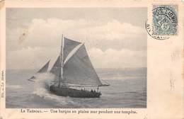 LE TREPORT - Une Barque En Pleine Mer Pendant Une Tempête - Le Treport
