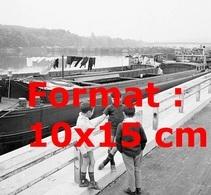 Reproduction Photographie Ancienne De 3 Garçons Discutant Devant Le Barrage De Péniches à Conflans-Sainte-Honorine 1968 - Reproductions
