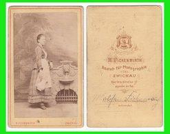 Photografie: M. Fickenwirth, Zwickau - Junge Dame Am Brunnen Mit Wasserkrug Femme Woman Lady #0656 CDV / Kab - Photographs
