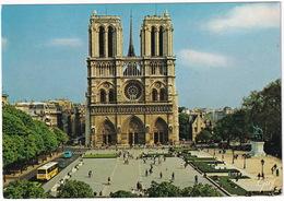 Paris: AUTOBUS/COACH, CITROËN AMI 8 - La Place Du Parvis , Cathédrale Notre-Dame Et Ses Tours - (1990) - Toerisme