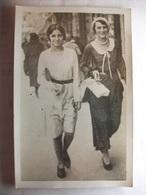 Carte Postale Photographie - Femmes Dans La Rue (1931) (Mode Années 30 )  (Petit Format Noir Et Blanc Non Circulée ) - Fotografía