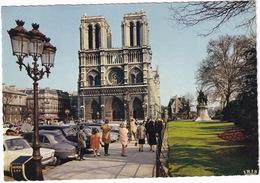 Paris: SIMCA 1000, SIMCA ARONDE, PLYMOUTH '50 ?, RENAULT 8, 4CV - Notre-Dame - Toerisme