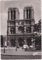 Paris: 2x  OLDTIMER  AUTOCAR/AUTOBUS, CAMIONETTE, VOITURES  - Notre-Dame De Paris - (1957) - Toerisme