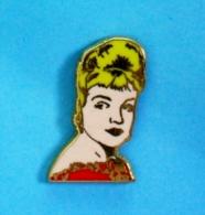 1 PIN'S //   ** SIMONE SIGNORET / 1924 \ 1985 ** . (IPA 2000 En Hommage à) - Personnes Célèbres