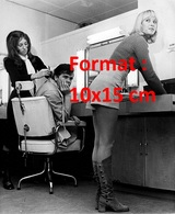Reproduction D'une Photographie Ancienne D'une Coiffeuse En Short Court Et Bottes Dans Son Salon En 1971 - Reproductions